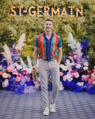 Как и с чем носить: разноцветная рубашка с коротким рукавом в вертикальную полоску, серые брюки чинос, бежевые низкие кеды