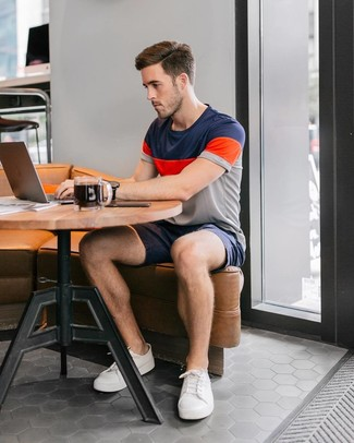 Модный лук: разноцветная футболка с круглым вырезом в горизонтальную полоску, темно-синие шорты, белые низкие кеды