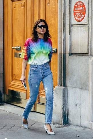 Как и с чем носить: разноцветная футболка с круглым вырезом c принтом тай-дай, синие джинсы, голубые туфли из плотной ткани, черные солнцезащитные очки
