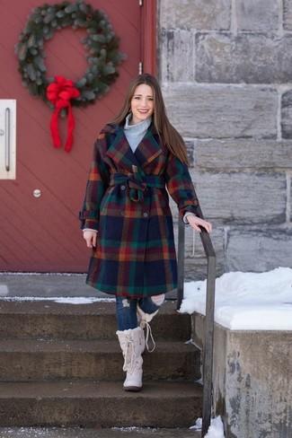 Как и с чем носить: разноцветное пальто в клетку, серая вязаная водолазка, темно-синие рваные джинсы скинни, бежевые зимние ботинки