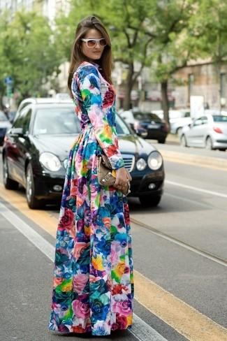 Как и с чем носить: разноцветное платье-макси с цветочным принтом, коричневый кожаный клатч, белые солнцезащитные очки