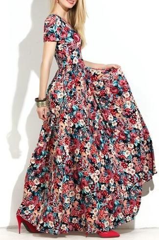 Как и с чем носить: разноцветное платье-макси с цветочным принтом, красные кожаные туфли, золотой браслет