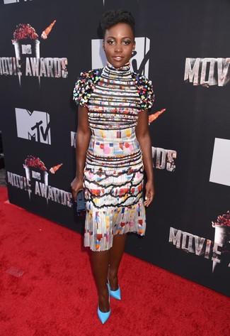 Как Lupita Nyong'o носит Разноцветное шелковое коктейльное платье с геометрическим рисунком, Бирюзовые кожаные туфли