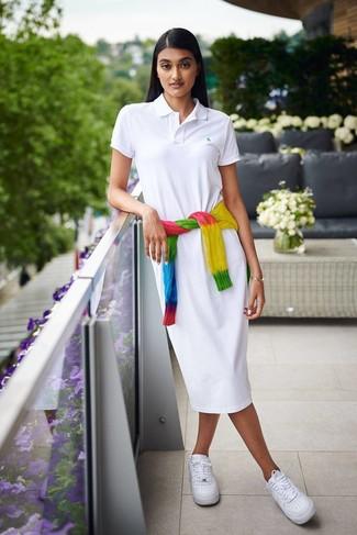 Как и с чем носить: разноцветный вязаный свитер c принтом тай-дай, белое платье-рубашка, белые кожаные низкие кеды