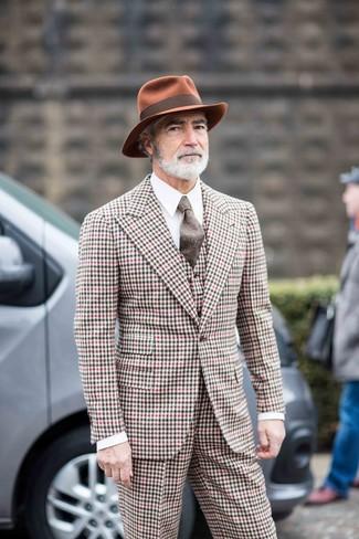 Как и с чем носить: разноцветный костюм-тройка в мелкую клетку, белая классическая рубашка, табачная шерстяная шляпа, коричневый шерстяной галстук