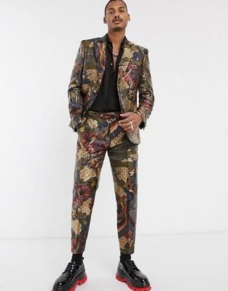 Как и с чем носить: разноцветный костюм из парчи, черная шелковая рубашка с длинным рукавом, черные кожаные туфли дерби, черные носки