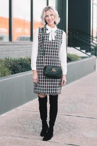 Белая блузка с длинным рукавом: с чем носить и как сочетать: Фанаткам стиля кэжуал понравится образ из белой блузки с длинным рукавом и разноцветного твидового сарафана. Сделать лук элегантнее позволят черные замшевые ботфорты.