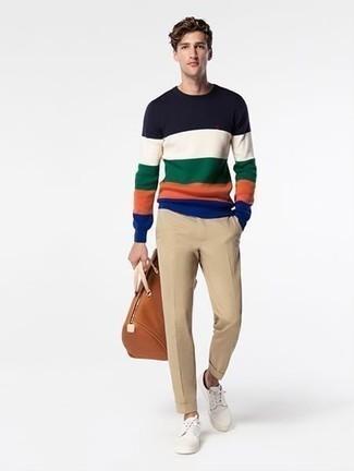 Модные мужские луки 2020 фото: Разноцветный свитер с круглым вырезом в горизонтальную полоску и светло-коричневые брюки чинос — идеальный ансамбль, если ты ищешь лёгкий, но в то же время стильный мужской ансамбль. Вкупе с этим ансамблем органично будут смотреться белые низкие кеды из плотной ткани.
