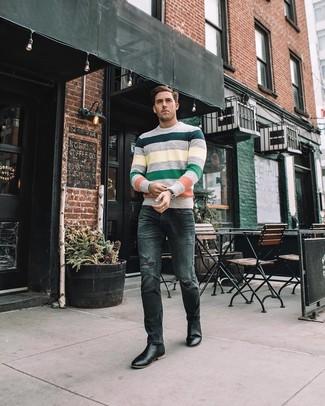 Как и с чем носить: разноцветный свитер с круглым вырезом в горизонтальную полоску, темно-серые рваные зауженные джинсы, черные кожаные ботинки челси, черные кожаные часы