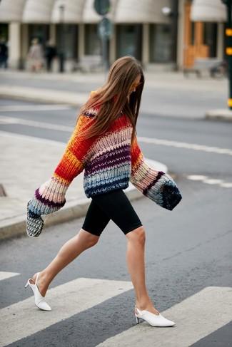 Как и с чем носить: разноцветный вязаный свободный свитер, черные велосипедки, белые кожаные сабо, оранжевые солнцезащитные очки