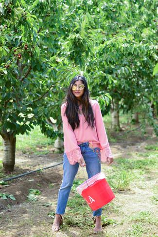 Как и с чем носить: розовая блузка с длинным рукавом, синие джинсы с вышивкой, светло-коричневые кожаные босоножки на каблуке