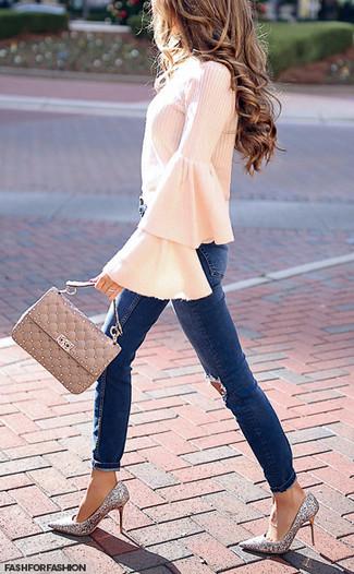 Как и с чем носить: розовая блузка с длинным рукавом с рюшами, темно-синие рваные джинсы скинни, серебряные туфли с пайетками, бежевая кожаная стеганая сумка-саквояж