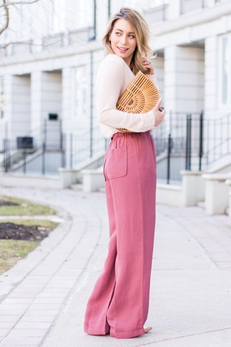 Как и с чем носить: розовая блузка с длинным рукавом, ярко-розовые широкие брюки, бежевые кожаные туфли, светло-коричневый соломенный клатч