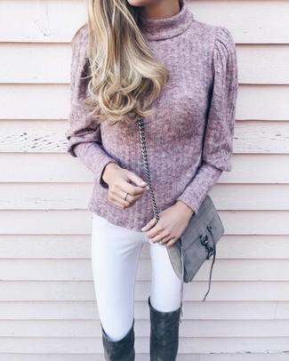 Как и с чем носить: розовая водолазка, белые джинсы скинни, темно-серые замшевые ботфорты, серая замшевая сумка через плечо