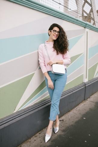 Как и с чем носить: розовая водолазка, голубые джинсы, серебряные кожаные лоферы, белая кожаная сумка через плечо