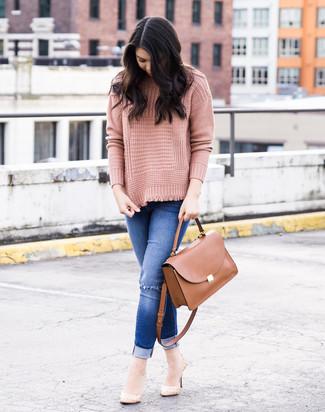 Как и с чем носить: розовая вязаная водолазка, синие рваные джинсы скинни, бежевые кожаные туфли, коричневая кожаная сумка-саквояж