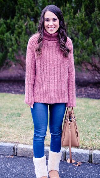 Как и с чем носить: розовая вязаная водолазка, синие рваные джинсы скинни, розовые угги, розовая кожаная большая сумка