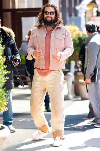 Как и с чем носить: розовая джинсовая куртка, розовая футболка с круглым вырезом, бежевые джинсы, белые кожаные сандалии