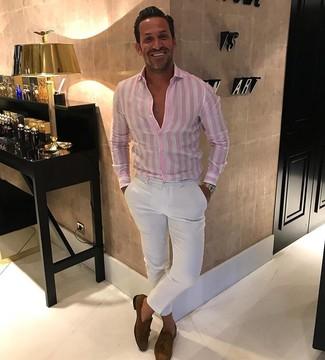 Розовая классическая рубашка в вертикальную полоску: с чем носить и как сочетать мужчине: Розовая классическая рубашка в вертикальную полоску в паре с белыми брюками чинос — замечательный пример непринужденного офисного стиля для парней. Дополнив ансамбль коричневыми замшевыми лоферами с кисточками, получим поразительный результат.