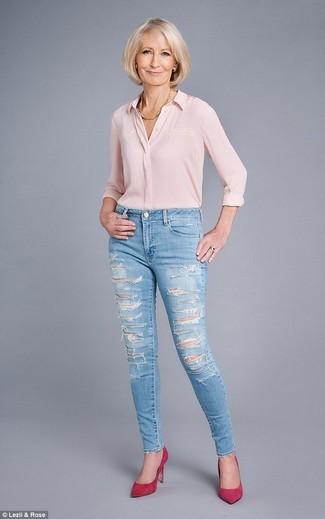 Как и с чем носить: розовая шелковая классическая рубашка, голубые рваные джинсы скинни, ярко-розовые замшевые туфли, золотое колье