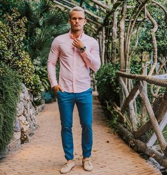 Как и с чем носить: розовая классическая рубашка, синие брюки чинос, бежевые кожаные туфли дерби, синие часы