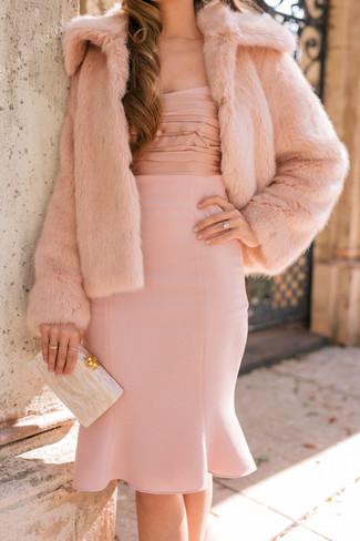 Как и с чем носить: розовая короткая шуба, розовое платье-футляр, бежевый клатч