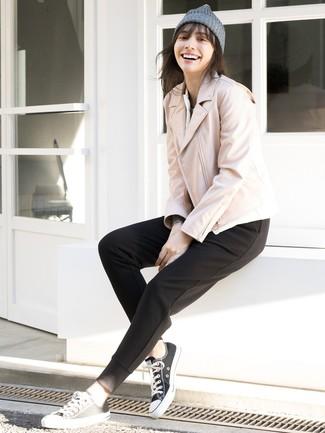 Как и с чем носить: розовая кожаная косуха, черные спортивные штаны, черно-белые низкие кеды из плотной ткани, серая шапка