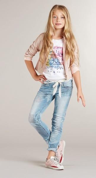 Как и с чем носить: розовая куртка, белая футболка с принтом, голубые джинсы, розовые кеды