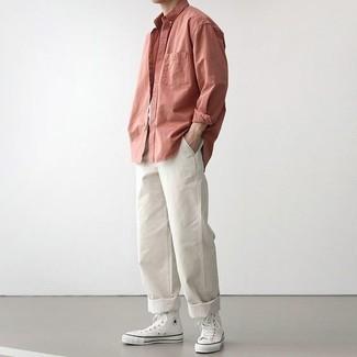Розовая рубашка с длинным рукавом: с чем носить и как сочетать мужчине: Если в одежде ты ценишь удобство и практичность, попробуй это тандем розовой рубашки с длинным рукавом и белых брюк чинос. Чтобы привнести в образ чуточку непринужденности , на ноги можно надеть белые высокие кеды из плотной ткани.