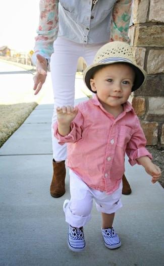 Как и с чем носить: розовая рубашка с длинным рукавом, белые брюки, белые кеды, бежевая шляпа