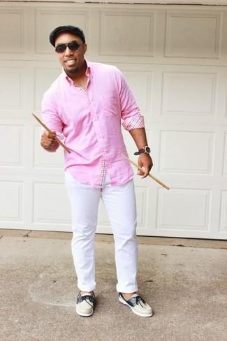 Как и с чем носить: розовая рубашка с длинным рукавом, белые брюки чинос, бежевые кожаные топсайдеры, серая кепка