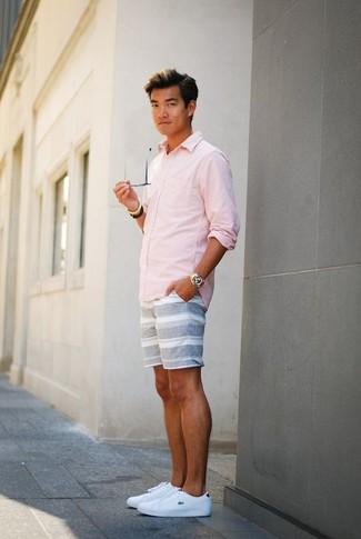 Как и с чем носить: розовая рубашка с длинным рукавом, серые шорты в горизонтальную полоску, белые кожаные низкие кеды, золотые часы