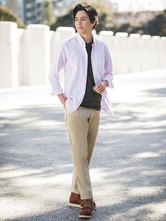 Как и с чем носить: розовая рубашка с длинным рукавом, черная футболка с круглым вырезом, светло-коричневые брюки чинос, коричневые кожаные рабочие ботинки