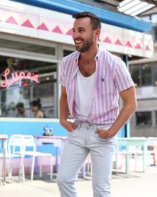 Как и с чем носить: розовая рубашка с коротким рукавом в вертикальную полоску, белая майка, серые зауженные джинсы