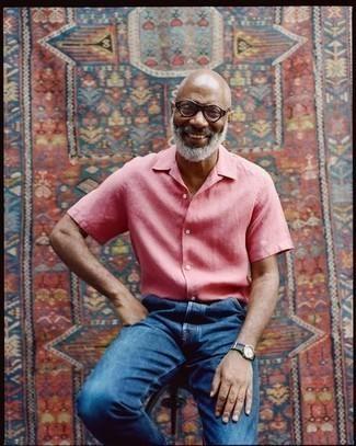 Как одеваться мужчине за 50: Розовая рубашка с коротким рукавом и темно-синие джинсы — must have вещи в гардеробе стильного современного джентльмена.