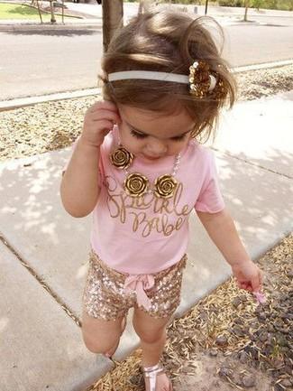 Как и с чем носить: розовая футболка, золотые шорты, золотые босоножки