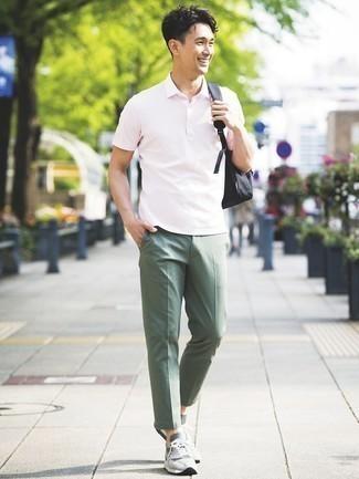С чем носить оливковые брюки чинос: Розовая футболка-поло и оливковые брюки чинос — must have вещи в арсенале стильного джентльмена. Такой образ несложно приспособить к повседневным делам, если дополнить его серыми кроссовками.