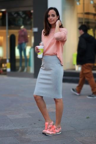 Розовая футболка с длинным рукавом и серая юбка-карандаш — беспроигрышный выбор, если ты хочешь создать расслабленный, но в то же время стильный образ. Розовая обувь помогут сделать образ менее официальным.