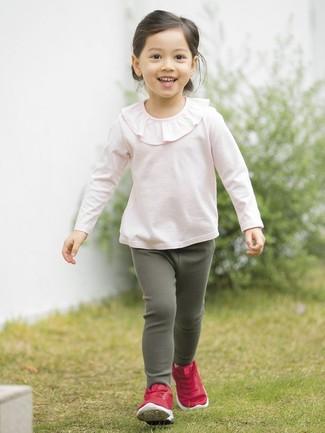 Как и с чем носить: розовая футболка с длинным рукавом с рюшами, темно-зеленые леггинсы, красные кеды