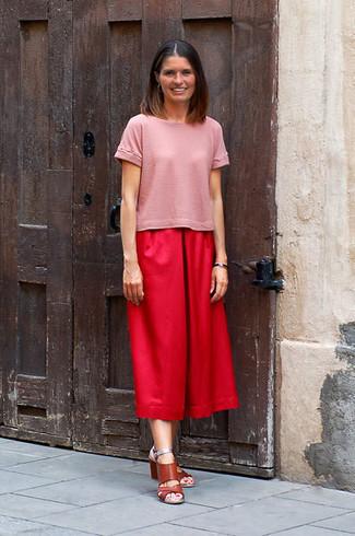 Как и с чем носить: розовая футболка с круглым вырезом, красные брюки-кюлоты, коричневые кожаные босоножки на каблуке