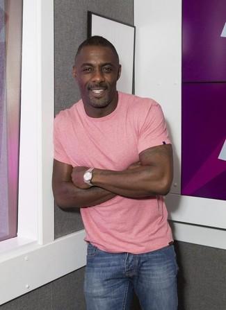 Как Idris Elba носит Розовая футболка с круглым вырезом, Синие джинсы, Серебряные часы