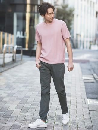 Как и с чем носить: розовая футболка с круглым вырезом, темно-серые брюки чинос, белые кожаные низкие кеды