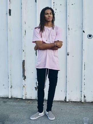 Черные зауженные джинсы: с чем носить и как сочетать мужчине: Такое простое и комфортное сочетание базовых вещей, как розовая футболка с круглым вырезом и черные зауженные джинсы, придется по душе джентльменам, которые любят проводить дни активно. Любители свежих идей могут дополнить образ черно-белыми слипонами из плотной ткани в клетку, тем самым добавив в него толику изысканности.