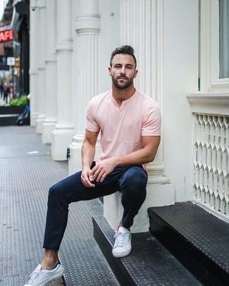 Как и с чем носить: розовая футболка с v-образным вырезом, темно-синие брюки чинос, белые кожаные низкие кеды