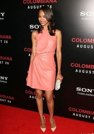Как и с чем носить: розовое кожаное платье прямого кроя, белые кожаные туфли, бело-черный клатч с украшением