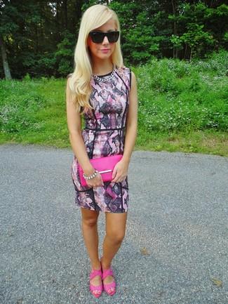 Как и с чем носить: розовое облегающее платье со змеиным рисунком, ярко-розовые кожаные босоножки на каблуке, ярко-розовый кожаный клатч, черные солнцезащитные очки