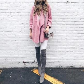 Темно-серые замшевые ботфорты: с чем носить и как сочетать: Если в одежде ты ценишь комфорт и функциональность, тебе понравится такое сочетание розового пальто и белых джинсов скинни. Темно-серые замшевые ботфорты чудесно дополнят этот наряд.