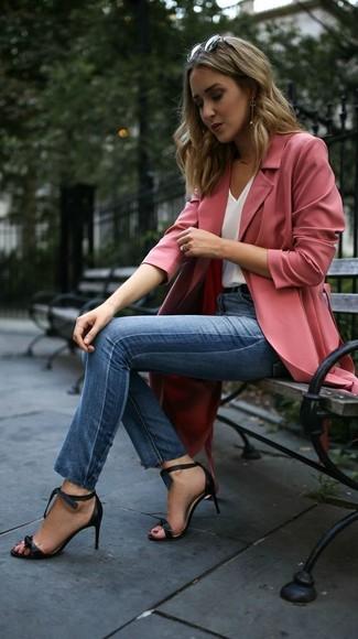 Как и с чем носить: розовое пальто дастер, белая шелковая майка, синие джинсы скинни, черные кожаные босоножки на каблуке