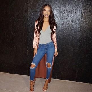 Как и с чем носить: розовое сатиновое пальто дастер, серая майка, синие рваные джинсы скинни, золотые кожаные босоножки на каблуке