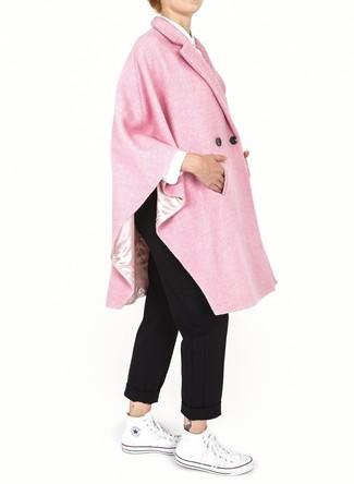 Женские луки: Розовое пальто-накидка и черные брюки чинос — must have вещи в арсенале любительниц непринужденного стиля. Ты сможешь легко приспособить такой наряд к повседневным реалиям, закончив его белыми высокими кедами из плотной ткани.